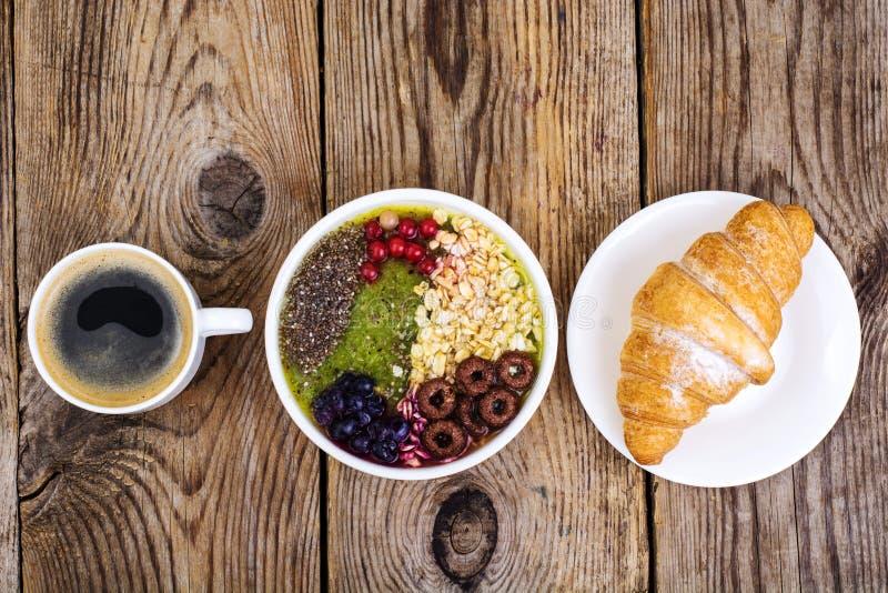 Espresso-, Hörnchen- und Fruchtnachtisch zum Frühstück lizenzfreie stockfotografie