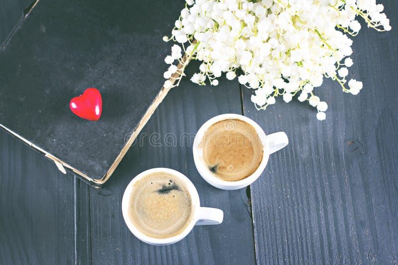 Espresso, Herz und Blumenstrauß von Blumen stockfotografie