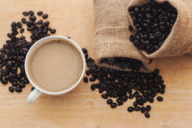 Espresso i en kopp kaffe med grillat kaffe, bästa sikt arkivbilder
