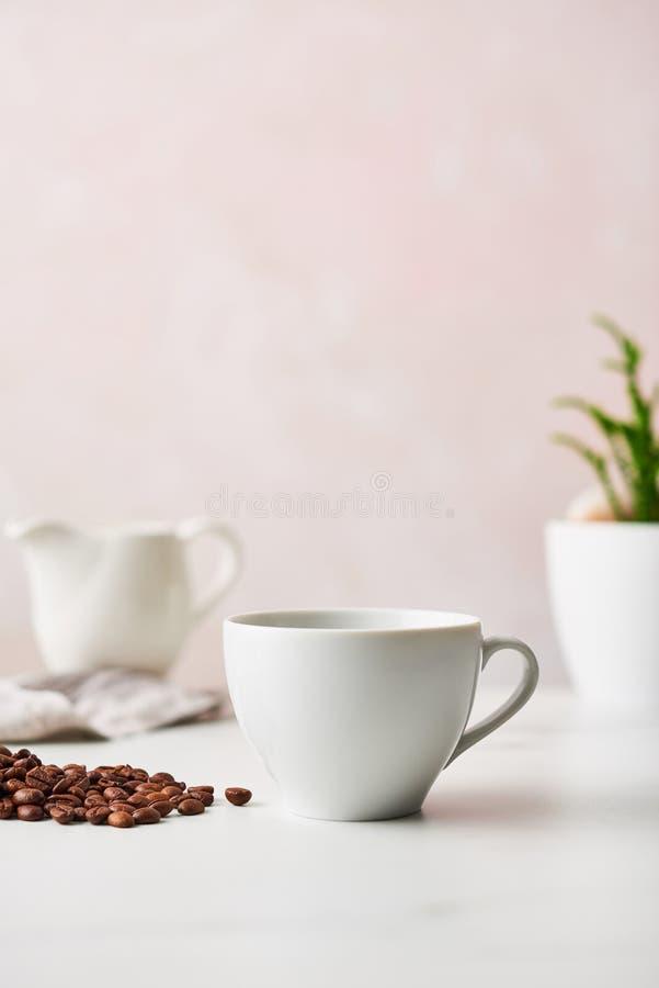 Espresso i en vit keramisk kaffekopp arkivbilder