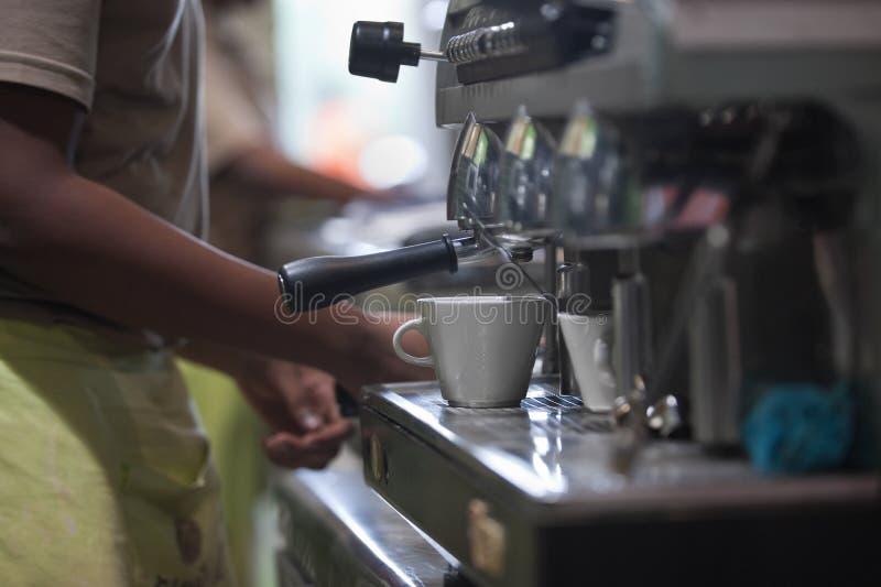 espresso making arkivfoto