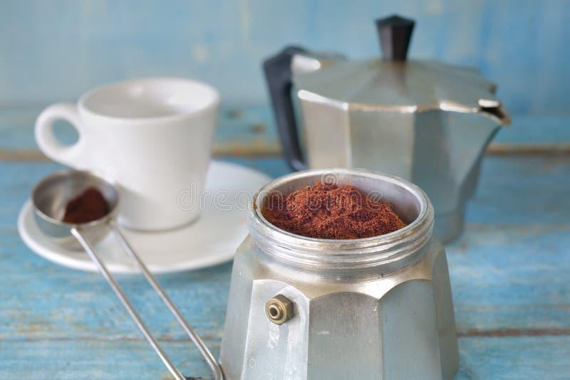 Espresso met een Italiaanse espressomaker en een kop, grondkoffie royalty-vrije stock afbeelding