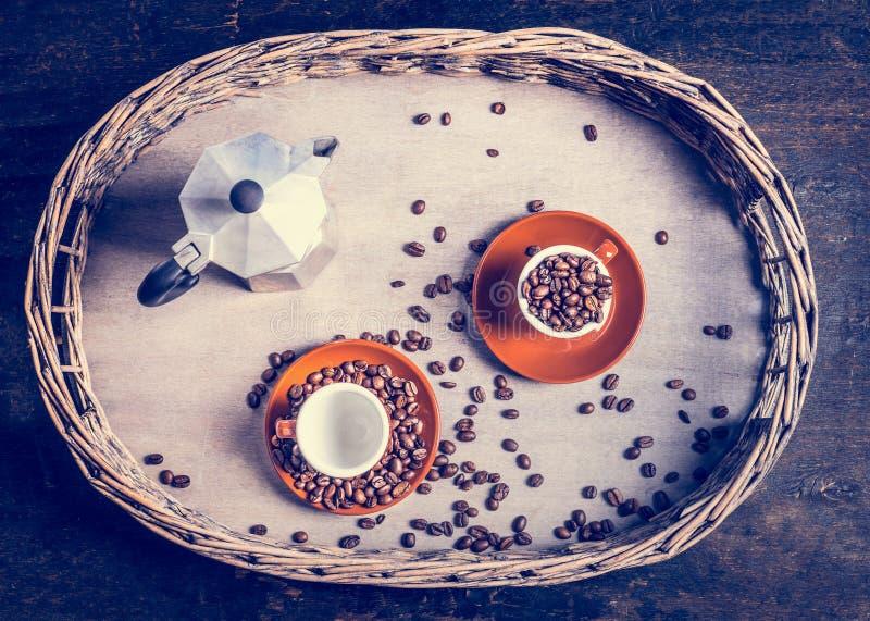 Espresso met koffiekoppen, bonen en koffiepot wordt geplaatst op rustieke boom en houten achtergrond die stock afbeeldingen