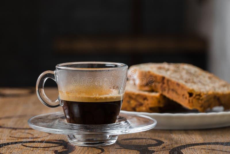 Espresso mit einem Kuchen, kleiner Kuchen stockfotos