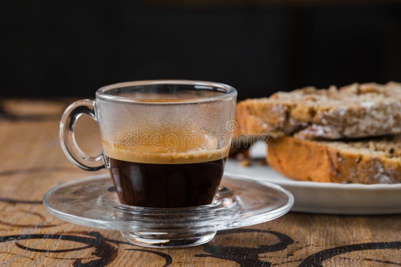 Espresso mit einem Kuchen, kleiner Kuchen stockfoto
