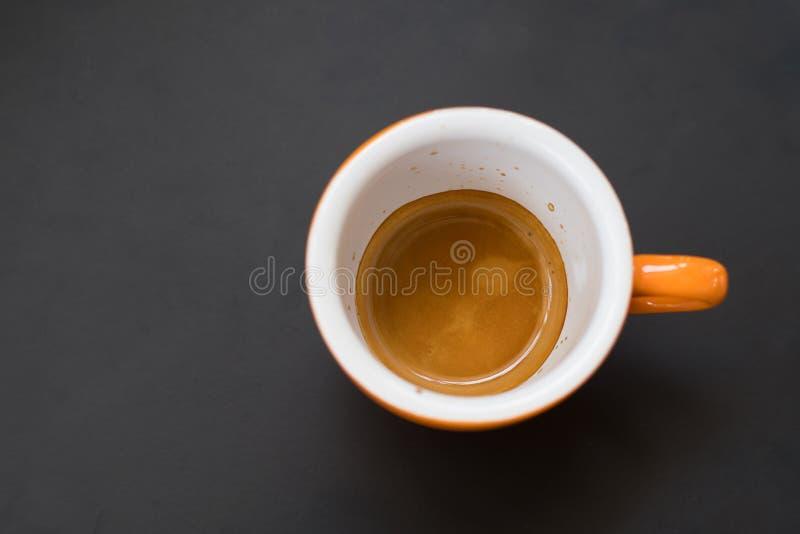 Espresso in mok wordt geschoten die stock fotografie