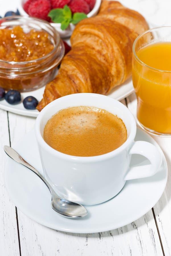 Espresso och giffel f?r frukost p? den vita tabellen royaltyfri bild