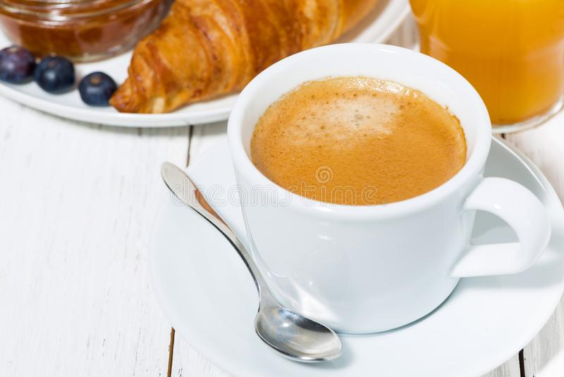 Espresso och giffel f?r frukosten, closeup royaltyfria bilder