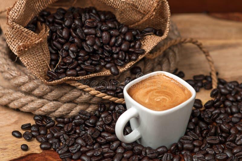 Espresso- och kaffebönor arkivbild