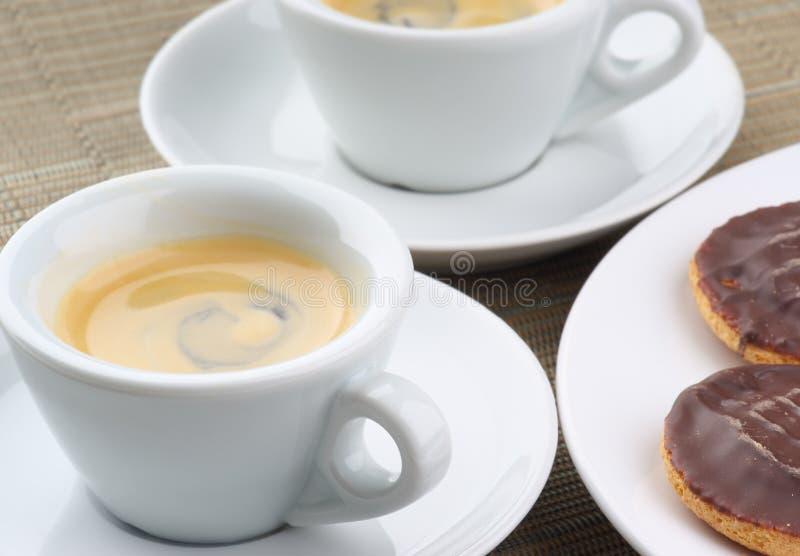 Espresso und Biskuite stockfotografie