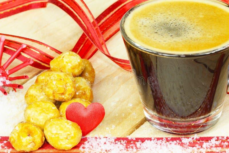Espresso und gebratene Nüsse stockbild