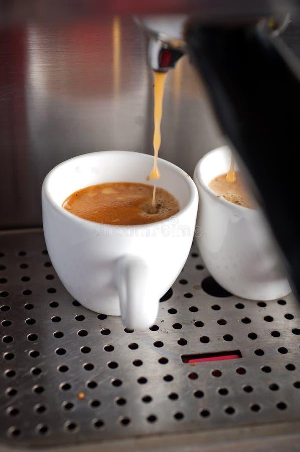 Espressocoffedanande med den yrkesmässiga maskinen arkivfoton