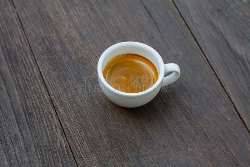 Espressodubblett som skjutas på wood bakgrund arkivbild