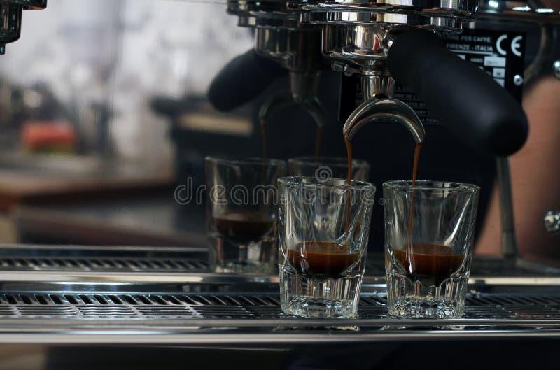 espressoexponeringsglas som häller sköt två royaltyfria bilder