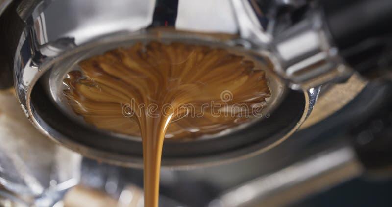 Espressoextractie met bodemloze filter stock fotografie