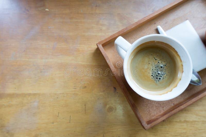 Espressokaffee in der weißen Schale mit Kopienraum stockbild