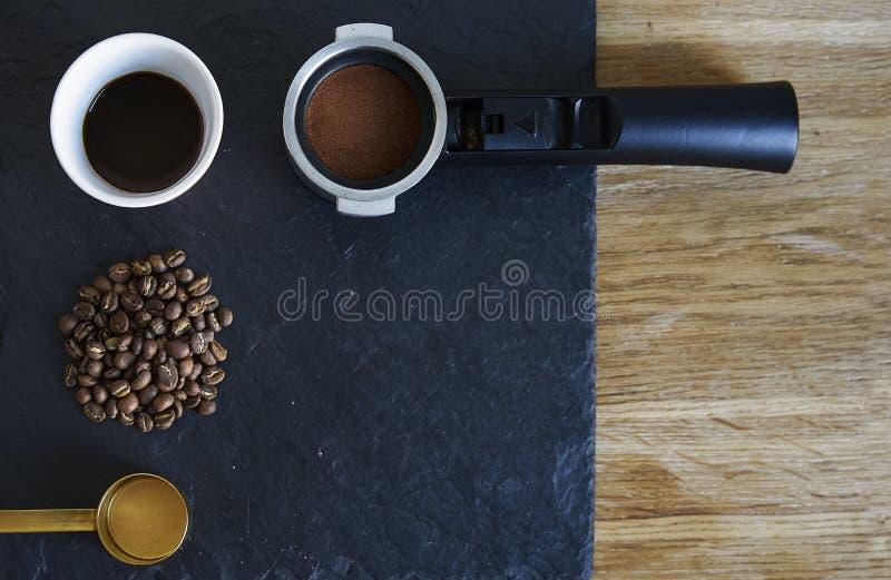 Espressokaffee gründete auf stoun hölzernem Hintergrund von oben Bohnen, geerdeter Kaffee, filtern Halter, portafilter lizenzfreies stockbild
