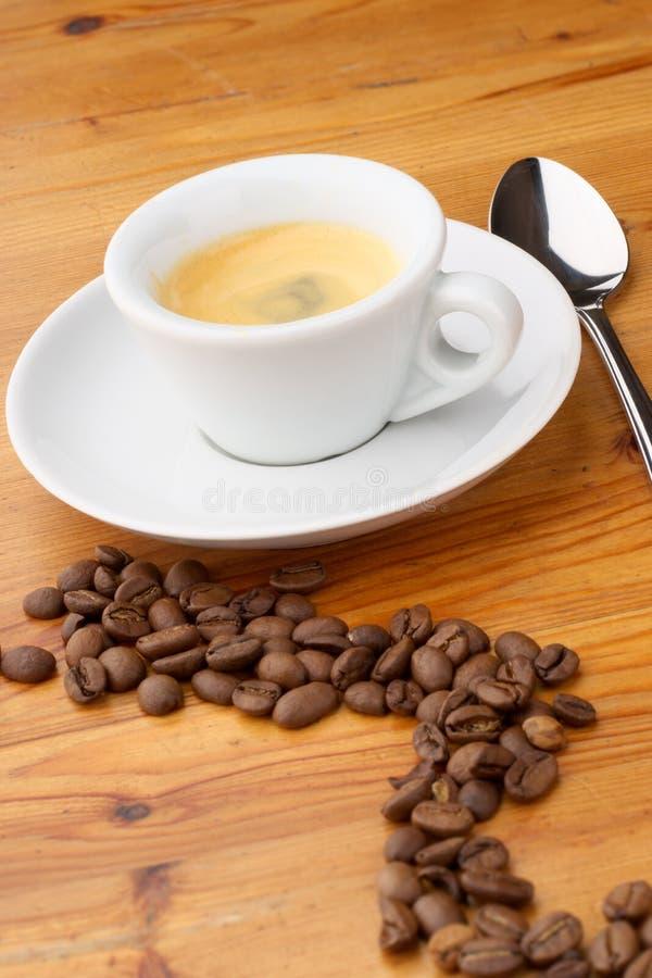 Espressokaffee und -bohnen lizenzfreie stockfotos