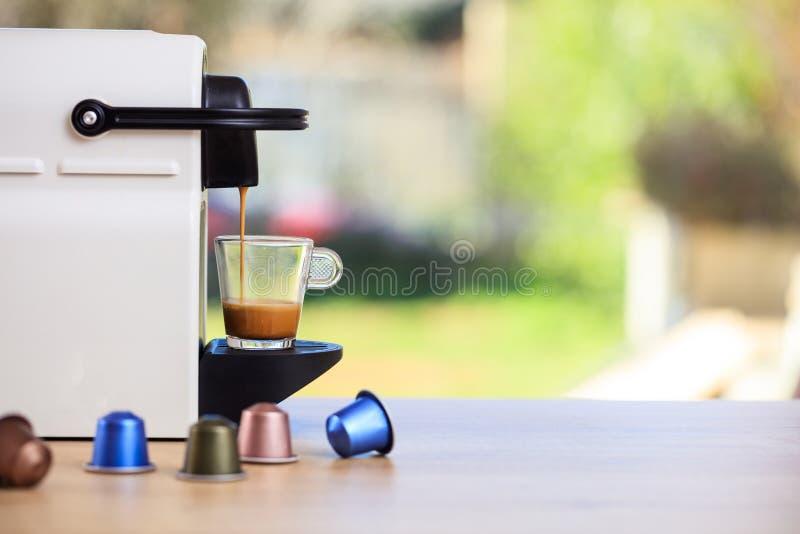Espressokaffeemaschine auf einem Holztisch, Unschärfehintergrund, Raum für Text lizenzfreies stockbild