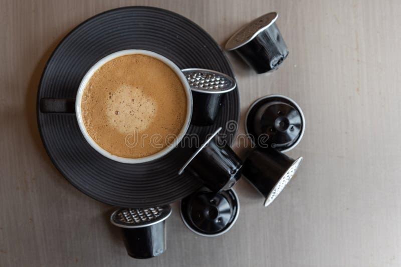 Espressokaffekopp med sl?sade kapslar royaltyfria bilder