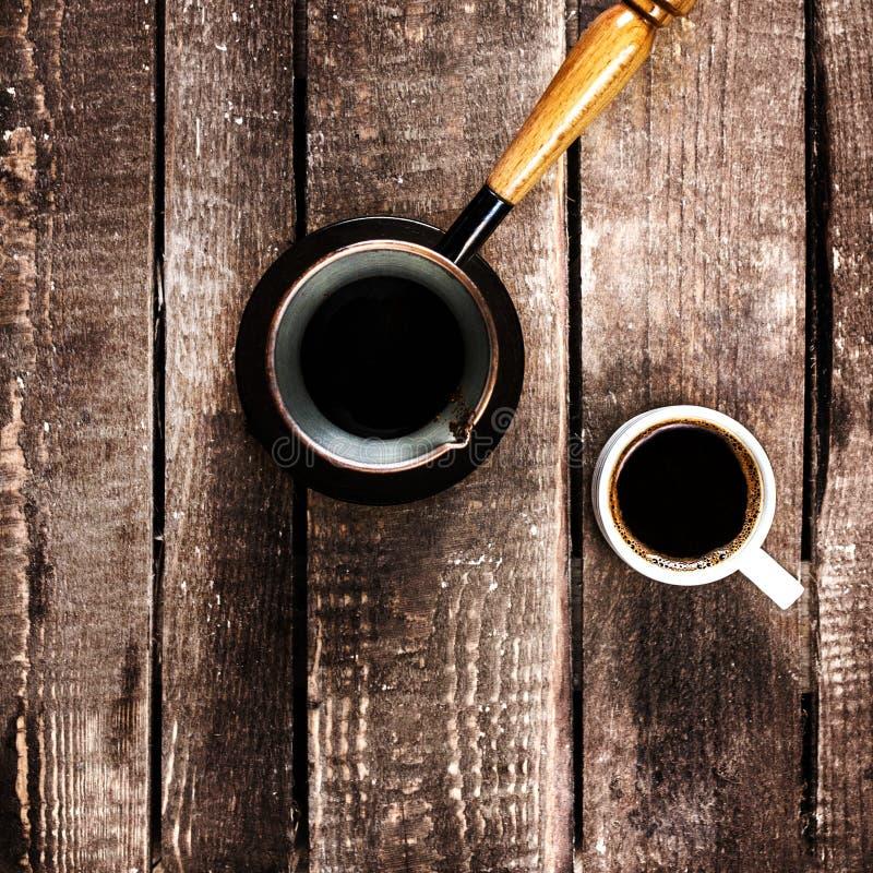 Espressokaffekoppen och kaffe lägger in över den wood bästa sikten för tabellen royaltyfria bilder