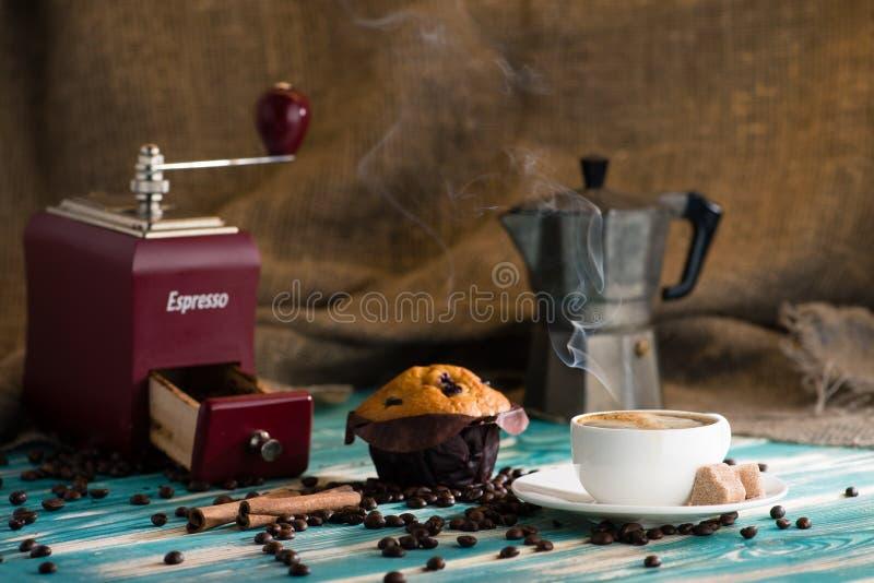 Espressokop van hete koffie en muffin op een houten achtergrond en royalty-vrije stock afbeeldingen