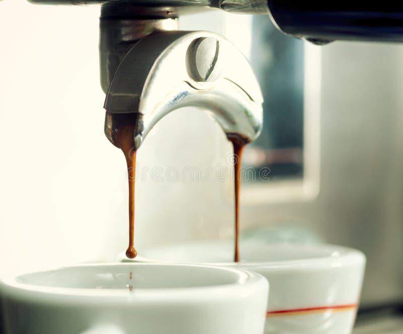 Espressomachine die een kop van koffie maken royalty-vrije stock fotografie
