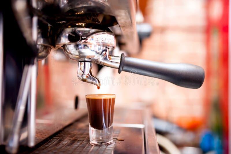 Espressomachine die speciale sterke koffie maken stock afbeelding
