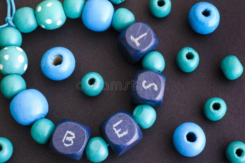 Esprima il meglio sul braccialetto con le perle di legno blu fotografia stock