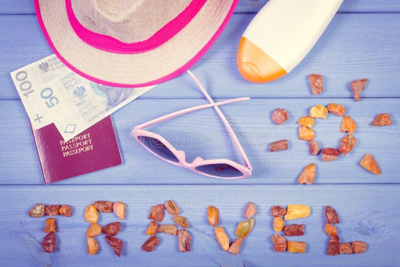 Esprima il viaggio con forma del sole, gli occhiali da sole, la lozione del sole, il cappello di paglia, passaporto con soldi pol immagine stock libera da diritti