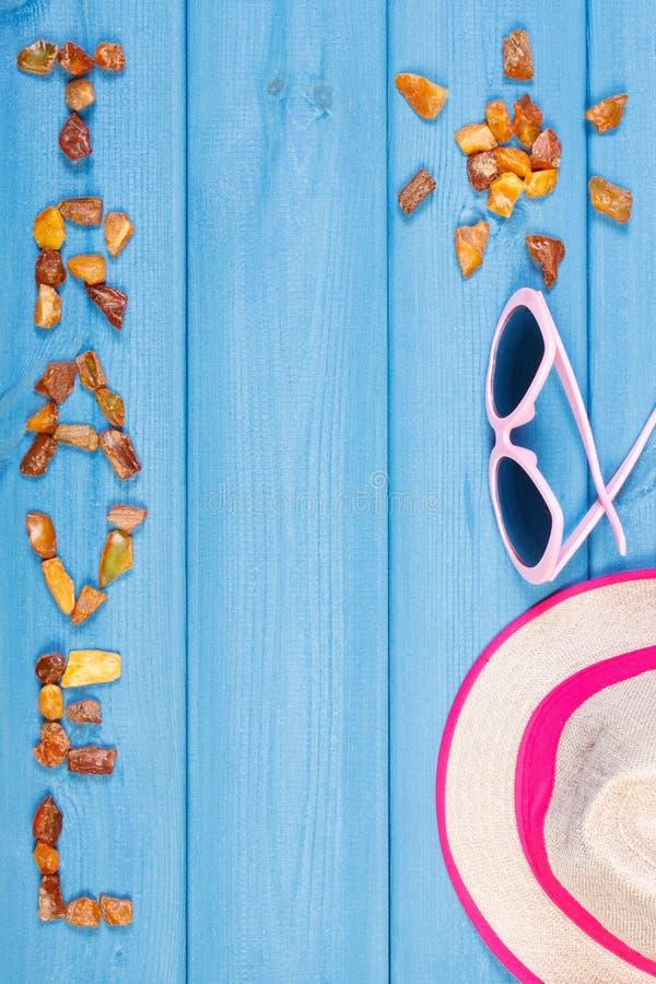 Esprima il viaggio e la forma del sole, degli occhiali da sole e del cappello di paglia sui bordi, ora legale fotografia stock