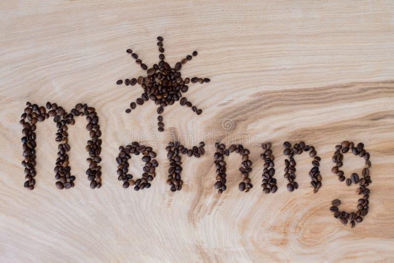 Esprima la mattina presentata dai chicchi di caffè su un fondo di legno fotografia stock