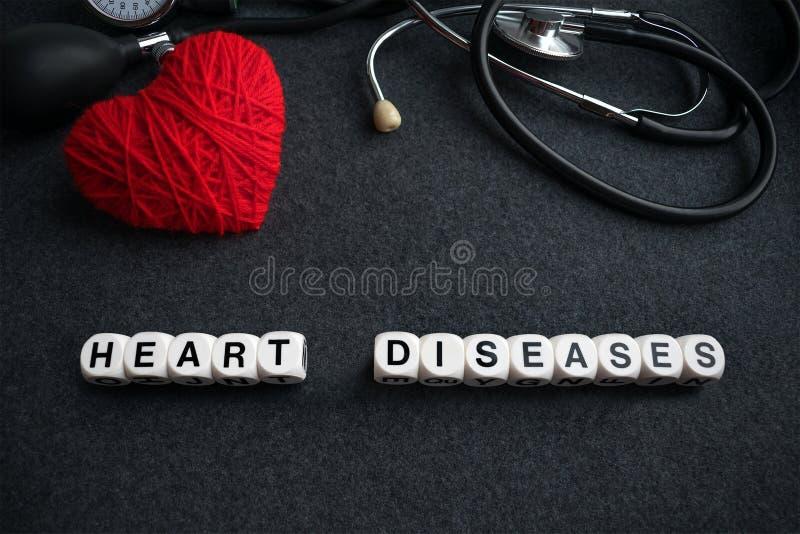 Esprima le malattie cardiache dai cubi bianchi con le lettere su backgr scuro immagini stock libere da diritti