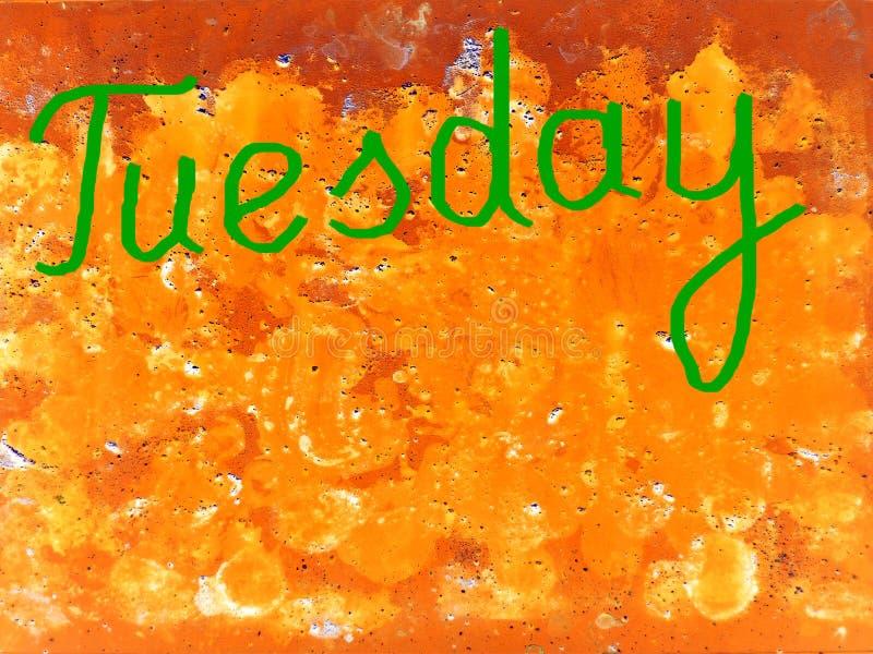 Esprima martedì scritto a mano con una spazzola nel verde su un fondo arancio strutturato, copi lo spazio illustrazione di stock