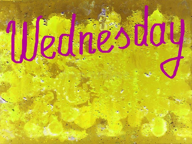 Esprima mercoledì scritto a mano con una spazzola nella porpora su un fondo giallo strutturato, copi lo spazio royalty illustrazione gratis
