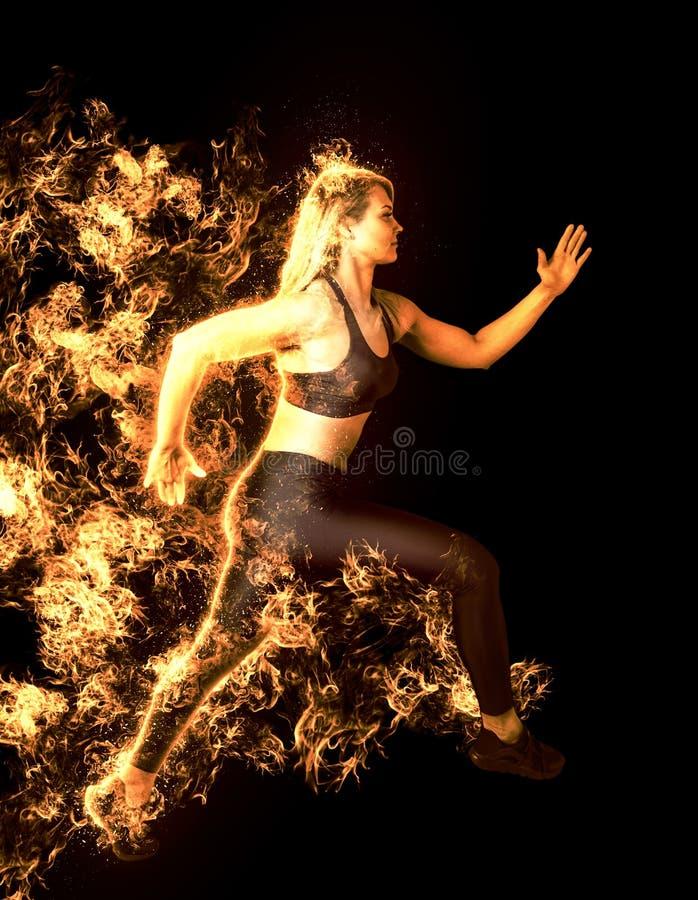 Esprinter de la mujer que deja comenzar Comienzo del fuego imagen de archivo libre de regalías