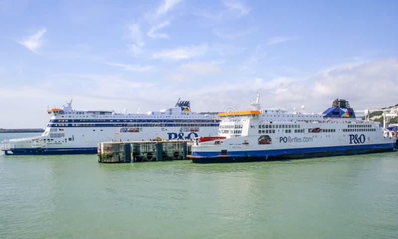 Esprit à travers la Manche de ferries de la Grande-Bretagne et fierté de Kent chez Dover Harbour images stock