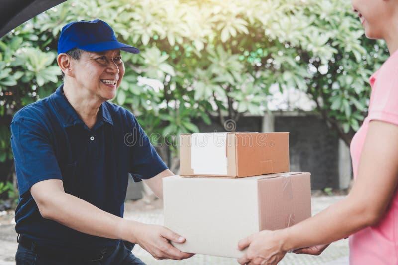Esprit de service à la maison de service de distribution et de travail, cliente h de femme images libres de droits