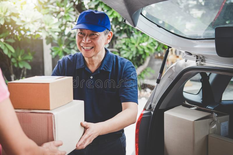 Esprit de service à la maison de service de distribution et de travail, cliente h de femme photographie stock