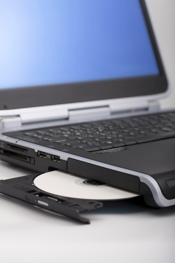 Espulsione del CD del computer portatile immagine stock libera da diritti