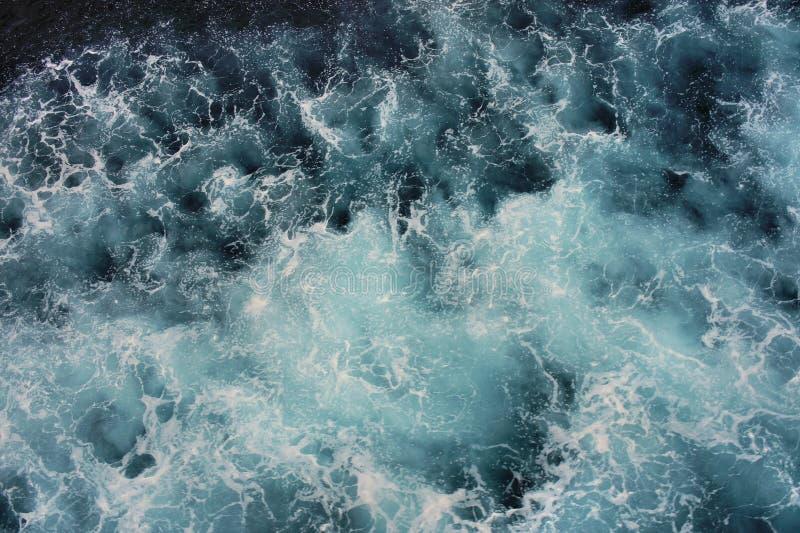 Espuma blanca en la superficie del mar azul fotografía de archivo