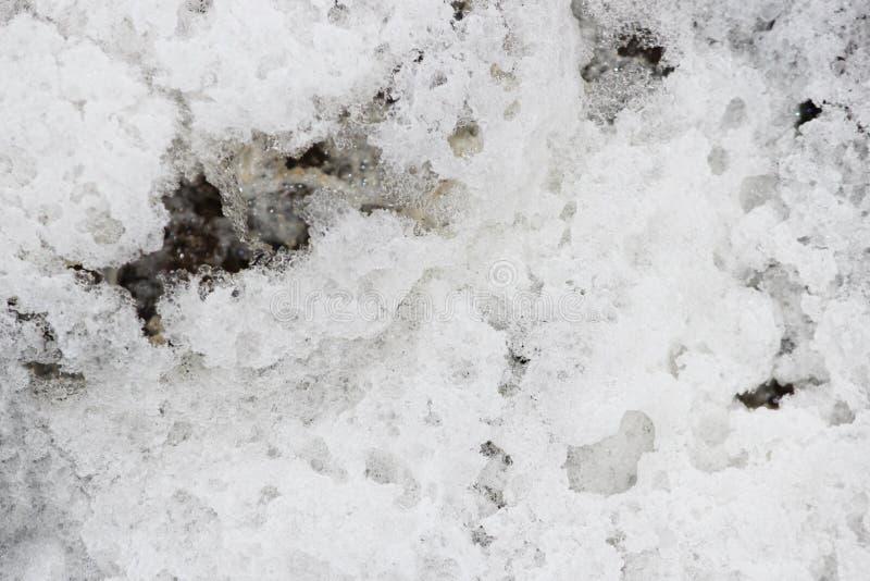 a espuma branca grossa do rio foi congelada no ar gelado no outono fotografia de stock