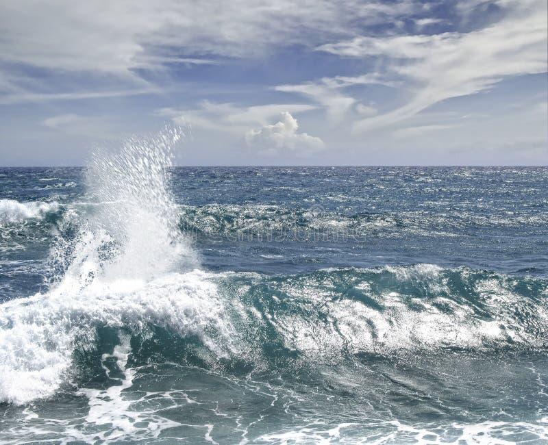 Espuma del Caribe de la agua de mar de la onda azul imagen de archivo