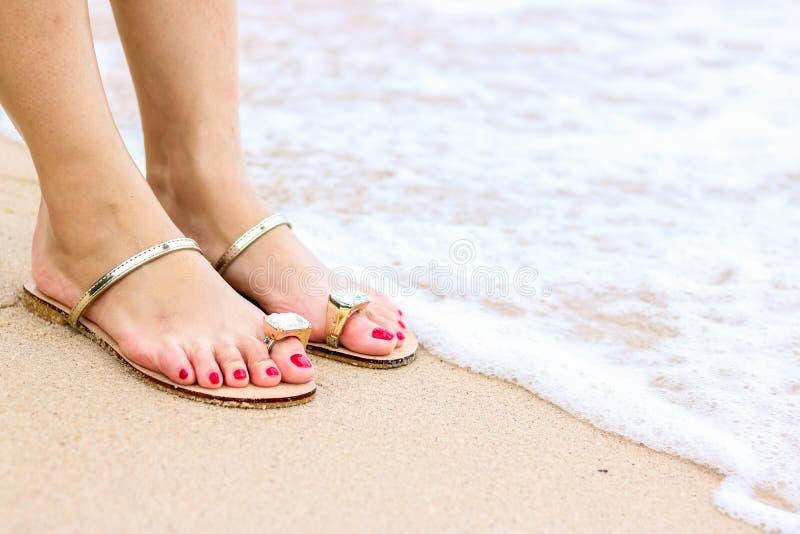 A espuma do mar, as ondas e os p?s despidos em uma areia encalham Os feriados, relaxam fotografia de stock royalty free