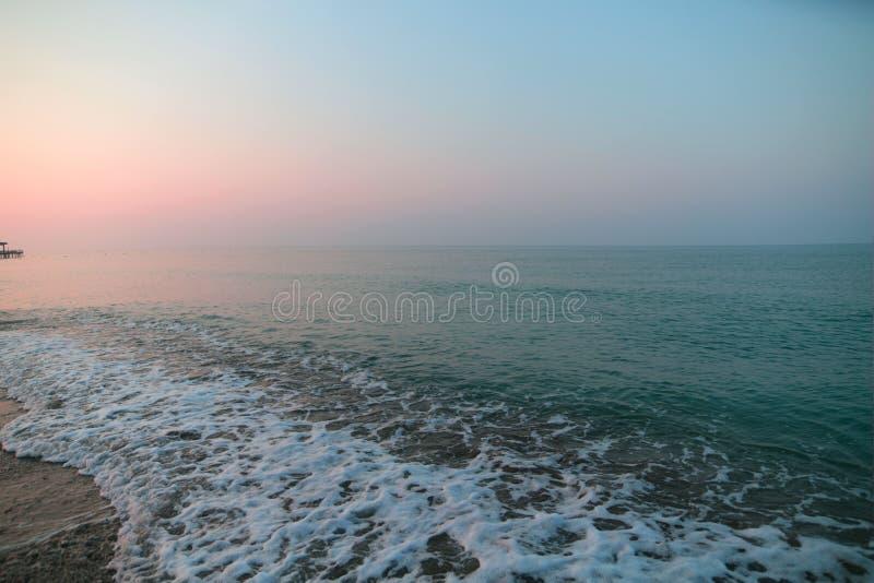 Espuma do mar na praia Nascer do sol na praia imagens de stock royalty free