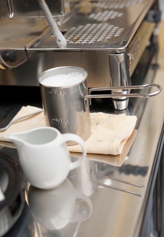 Espuma tratada con vapor de la leche para preparar el latte imagen de archivo
