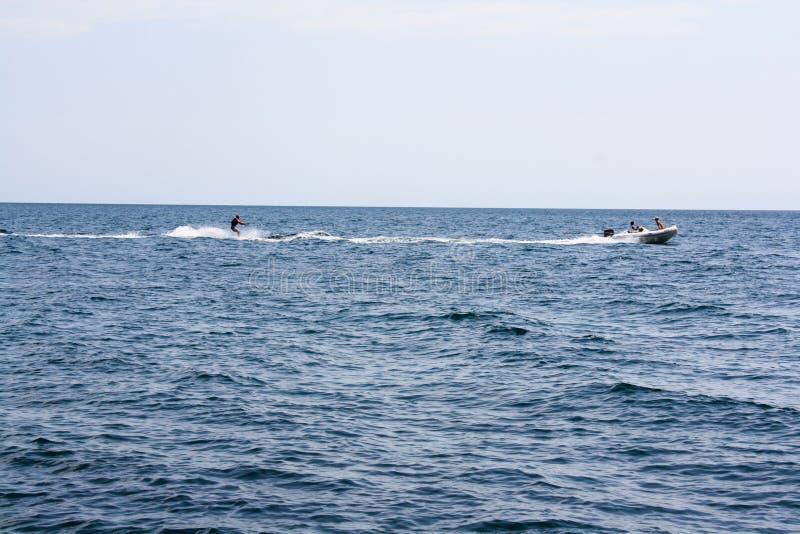 Esquí acuático en barco en el mar fotografía de archivo