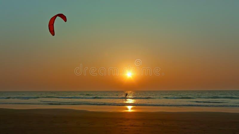 Esquí acuático en la puesta del sol. imagen de archivo libre de regalías
