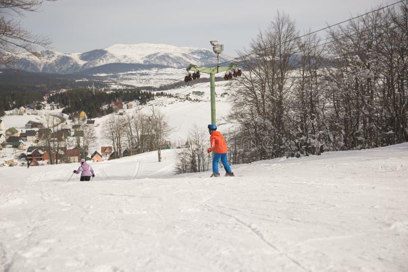 Esquí alpino del muchacho y de la muchacha en la estación de esquí en día soleado del invierno, Montenegro, Zabljak, 10:41 2019-0 foto de archivo libre de regalías