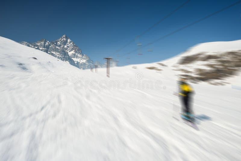 Esquí borroso del movimiento en centro turístico alpino escénico imagen de archivo libre de regalías